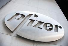 Логотип Pfizer. Pfizer Inc, крупнейший производитель лекарств в США, во вторник отчитался о большей, чем ожидалось, квартальной прибыли, чему способствовал рост продаж препарата для лечения рака молочной железы Ibrance и препарата Lyrica, предназначенного для устранения нейропатической боли. REUTERS/Andrew Kelly/File photo