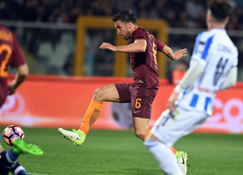 Football Soccer - Pescara v AS Roma - Italian Serie A - Adriatico-Giovanni Cornacchia Stadium, Pescara, Italy - 24/04/17  AS Roma's Kevin Strootman shoot and scores first goal . REUTERS/Alberto Lingria