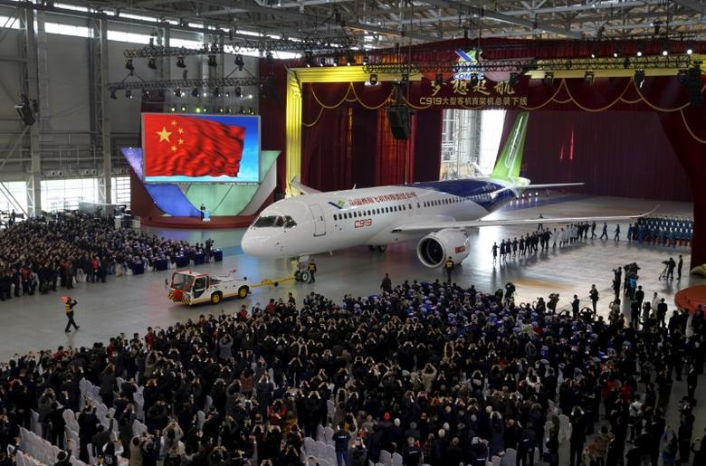 The first C919 passenger jet made by the Commercial Aircraft Corp of China (Comac) is pulled out during a news conference at the company's factory in Shanghai, November 2, 2015.  REUTERS/Stringer