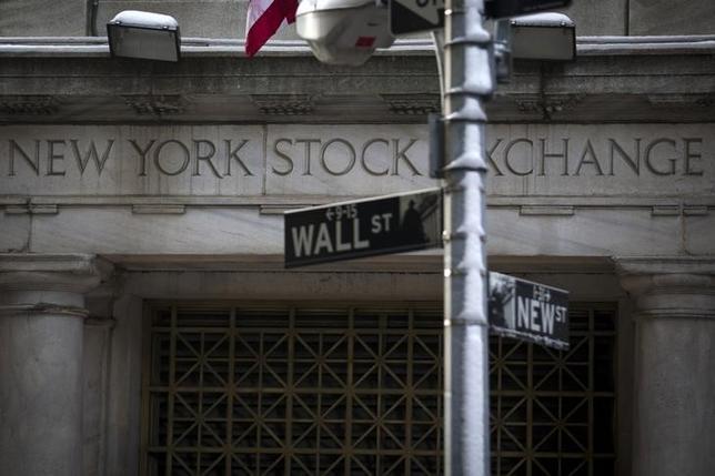 5月3日、米国株式市場では企業決算が消化されるなか株価はおおむね下落して終了した。写真は2014年2月、ニューヨーク証券取引所前で撮影(2017年 ロイター/Brendan McDermid)