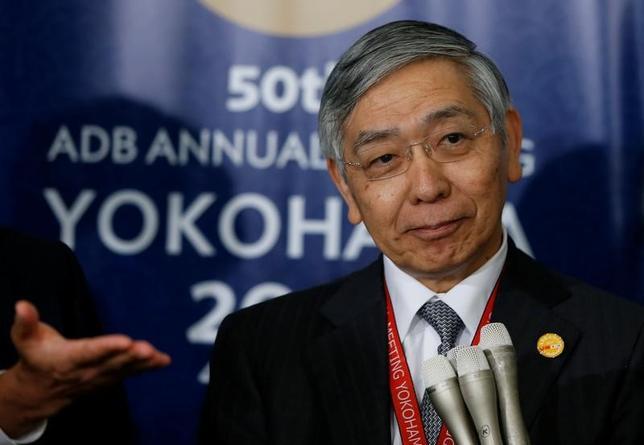 5月4日、黒田東彦日銀総裁(写真)は、アジア開発銀行(ADB)の年次総会で、中国が主導してアジアインフラ投資銀行(AIIB)が設立されたことは、膨大なアジアのインフラ需要に対応するために「結構なこと」と述べるとともに、ADBと競合するものではない、との認識を示した。写真は4日横浜市で撮影(2017年 ロイター/Issei Kato)