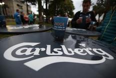 Логотип Carlsberg на матче Евро 2016 в Ницце. Датская пивоваренная компания Carlsberg в четверг подтвердила прогноз на 2017 год и отчиталась о 5-процентном росте продаж в первом квартале, поскольку общее снижение объёмов компенсировалось тем, что потребители отдавали предпочтение более дорогим маркам пива.    REUTERS/Eric Gaillard