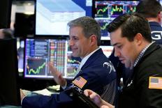 Трейдеры на торгах Нью-Йоркской фондовой биржи 3 мая 2017 года. Американские фондовые индексы меняются слабо в начале торгов четверга, поскольку снижение акций энергетического и технологического секторов компенсируется ростом банковских бумаг. REUTERS/Brendan McDermid