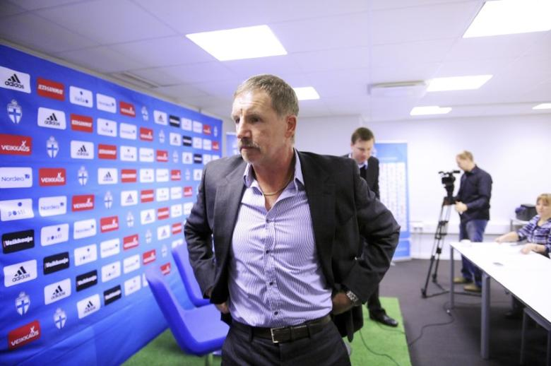 The head coach of the Finnish men's soccer team Stuart Baxter attends a news conferance in Helsinki, November 9, 2010. REUTERS/LEHTIKUVA/Martti Kainulainen