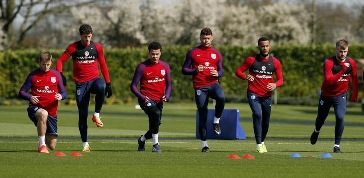 Britain Soccer Football - England Training - Tottenham Hotspur Training Ground - 25/3/17 England's Eric Dier, Ross Barkley, Dele Alli, Alex Oxlade Chamberlain, Ryan Bertrand and Luke Shaw during training Action Images via Reuters / John Sibley Livepic