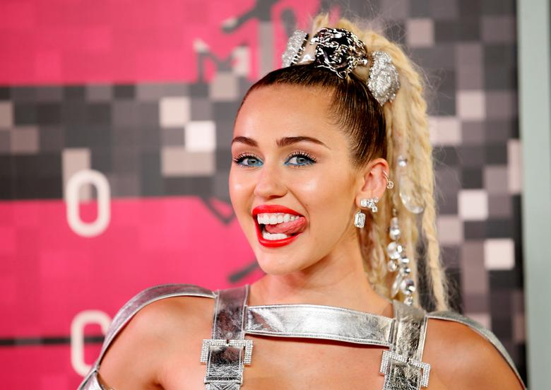 FILE PHOTO: Singer and show host Miley Cyrus arrives at the 2015 MTV Video Music Awards in Los Angeles, California, August 30, 2015.  REUTERS/Danny Moloshok/File Photo