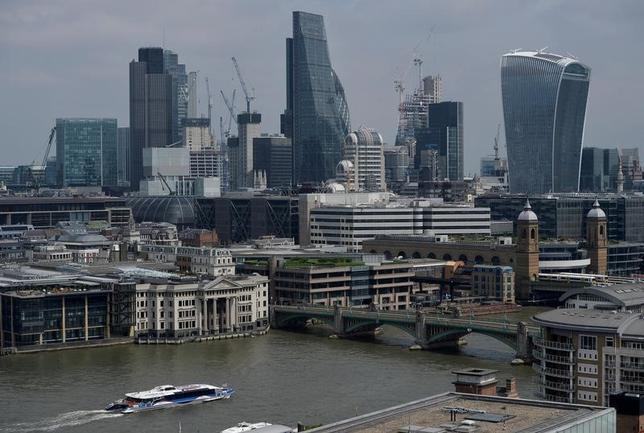 5月8日、公的な発言や関係筋からの情報によると、英ロンドンに拠点を置く世界の大手金融機関が、2年間で約9000人分の従業員を大陸欧州へ移管することを検討しているもようだ。写真はロンドンの金融街。7日撮影(2017年 ロイター/Hannah McKay)