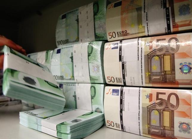 5月8日、終盤のニューヨーク外為市場では、フランス大統領選でマクロン氏が勝利したことを好感してユーロが対ドルで半年ぶりの高値を付けた後、利益確定の売りが出て反落した。写真はユーロ紙幣。2013年4月撮影(2017年 ロイター/Heinz-Peter Bader)