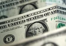 Долларовые банкноты. Доллар снизился в среду, а безопасная иена выросла после того, как президент США Дональд Трамп неожиданно уволил главу ФБР Джеймса Коми, шокировав Вашингтон и спровоцировав бегство инвесторов от риска. REUTERS/Dado Ruvic/Illustration