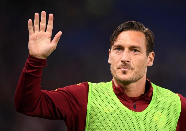 Soccer Football - AS Roma v Empoli - Italian Serie A -Olympic Stadium, Rome, Italy - 1/04/17 AS Roma's Francesco Totti waves supporters during warm up.  REUTERS/Alberto Lingria/Files