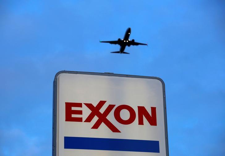 FILE PHOTO: An airplane comes in for a landing above an Exxon sign at a gas station in the Chicago suburb of Norridge, Illinois, U.S., October 27, 2016. REUTERS/Jim Young/File Photo