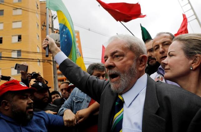 5月11日、ブラジルのルラ元大統領が政府との契約の見返りとして建設会社からマンションを受け取ったとされる汚職事件の公判が10日、南部クリチバの裁判所で開かれ、初出廷したルラ氏は起訴内容を否認した。写真は裁判所に到着した元大統領。10日撮影(2017年 ロイター/NACHO DOCE)