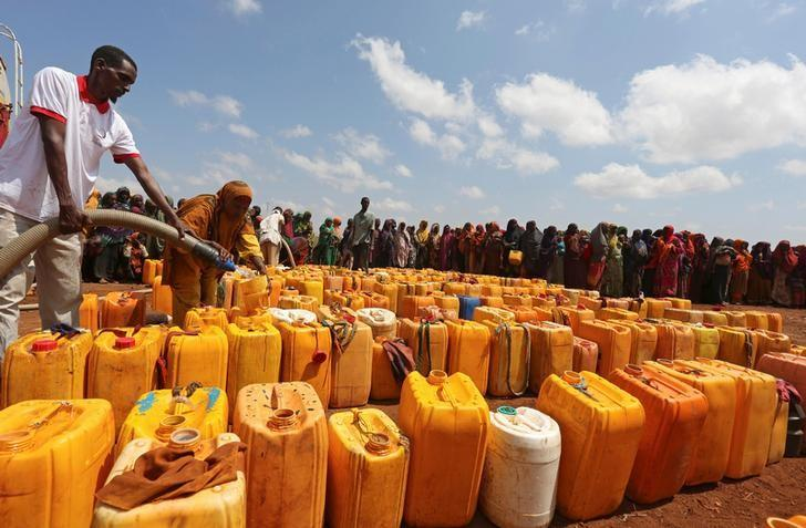 Internally displaced Somali women gather with their jerrycans to receive water at a distribution centre organized by a Qatar charity after fleeing from drought stricken regions in Baidoa, west of Somalia's capital Mogadishu, April 9, 2017. REUTERS/Feisal Omar/Files