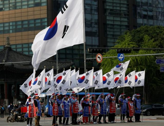 Protesters supporting ousted South Korean President Park Geun-hye hold South Korean national flags in Seoul, South Korea May 11, 2017. REUTERS/Kim Kyung-Hoon