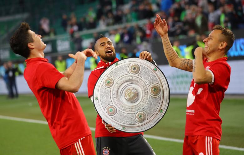 Football Soccer - VFL Wolfsburg v Bayern Munich - Bundesliga - Volkswagen Arena, Wolfsburg, Germany - 29/4/17 Bayern Munich's Robert Lewandowski, Arturo Vidal and Rafinha celebrate after the match after winning the Bundesliga   Reuters / Kai Pfaffenbach Livepic