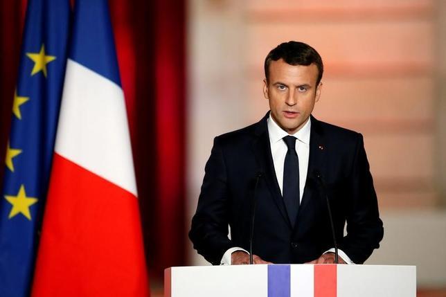 5月14日、7日に実施されたフランス大統領選の決選投票で当選したエマニュエル・マクロン氏(写真)が、大統領に就任した。仏戦後史上最も若い39歳の大統領として、欧州や世界におけるフランスの地位回復や、国民の分断解消に取り組むと宣言した。写真はパリで撮影(2017年 ロイター/Francois Mori)