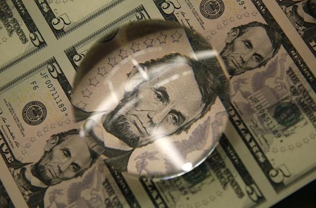 5月15日、ニューヨーク外為市場では、ドルがユーロやスイスフランなどの通貨に対して下落した。2015年3月撮影(2017年 ロイター/Gary Cameron)