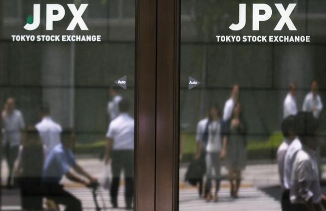 5月16日、前場の東京株式市場で、日経平均株価は前日比6円42銭高の1万9876円27銭となり、小反発した。写真は東京証券取引所で2015年6月撮影(2017年 ロイター/Thomas Peter)