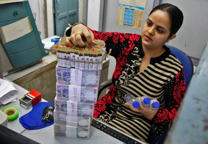 A cashier stacks Indian currency notes inside a bank in Chandigarh, India, November 19, 2016. REUTERS/Ajay Verma/Files