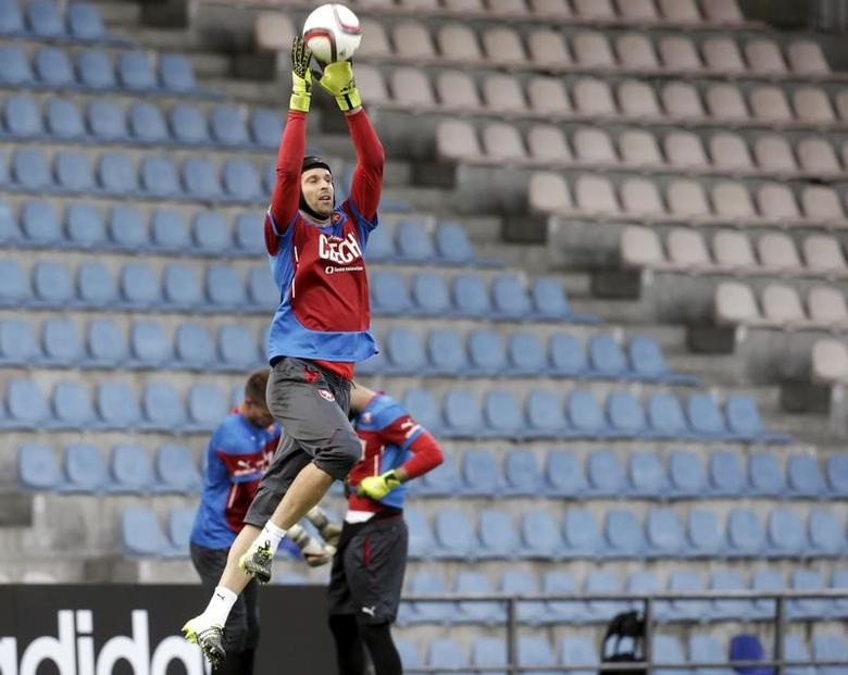 Czech Republic's goalkeeper Peter Cech attends a training session ahead of their Euro 2016 qualification match against Latvia in Riga, Latvia, September 5, 2015. REUTERS/Ints Kalnins