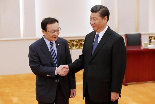 5月19日、中国の習近平国家主席(写真右)は、韓国の文在寅大統領の特使として訪中した李海チャン元首相(写真左)と会談し、米新型迎撃ミサイルTHAAD(サード)の韓国配備計画を巡り悪化した両国関係を正常化させたいとの意向を示した。写真は北京で撮影(2017年 ロイター/Jason Lee)