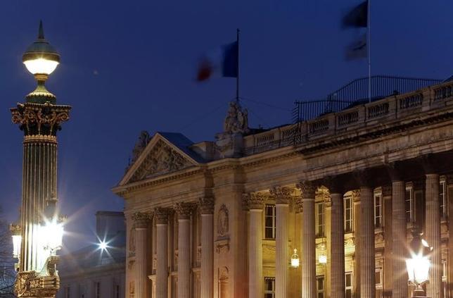 5月18日、パリ高級ホテルの1つであるホテル・ド・クリヨンが、2013年から4年間にわたる2億ユーロ(約247億円)をかけた改装工事を完了し、7月に営業を再開する。写真は2013年4月に撮影(2017年 ロイター/Christian Hartmann)