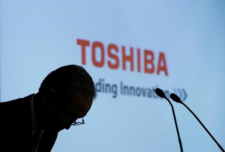 Toshiba Corp CEO Satoshi Tsunakawa bows at the start of a news conference at the company's headquarters in Tokyo, Japan May 15, 2017.   REUTERS/Toru Hanai