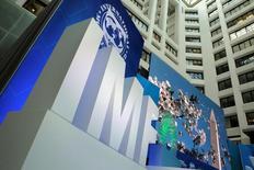 Эмблема МВФ. Международный валютный фонд повысил прогноз роста ВВП России в 2017 году до 1,4 процента в связи с удорожанием нефти и отметил вклад российских властей в восстановление экономики, но также призвал ввести бюджетное правило и провести структурные реформы. REUTERS/Yuri Gripas