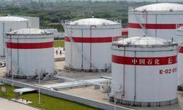Нефтехранилища на заводе Sinopec в городе Хэфэй, Китай. В конце ноября Организация крупнейших нефтеэкспортёров ОПЕК впервые за восемь лет договорилась о сокращении добычи сырья: соглашение вступило в силу в январе, подтолкнув трейдеров от Хьюстона до Сингапура опустошать нефтехранилища. REUTERS/Jianan Yu/File Photo