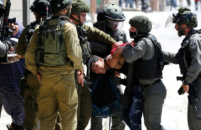 Israeli soldiers and border police detain a Palestinian during clashes following a protest in support of Palestinian prisoners on hunger strike in Israeli jails, in the West Bank town of Bethlehem May 19, 2017. REUTERS/Ammar Awad