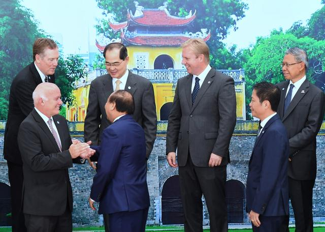 Vietnam's Prime Minister Nguyen Xuan Phuc (front C) shakes hands with U.S. Trade Representative Robert Lighthizer as Peru's Foreign Trade Minister Eduardo Ferreyros (front L), Singapore's Trade Minister Lim Hng Kiang (back 2nd L), New Zealand's Trade Minister Todd McClay (back 2nd R), Malaysia's Trade Minister Mustapa Mohamed (back R), and Vietnam's Minister of Trade Tran Tuan Anh (front R) look on during a group photo session on the sidelines of the APEC Ministers Responsible For Trade meeting in Hanoi, Vietnam May 20, 2017. REUTERS/Hoang Dinh Nam/Pool