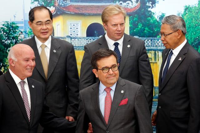 Trade ministers pose for a group photo during the APEC Ministers Responsible For Trade (APEC MRT 23) meeting in Hanoi, Vietnam May 20, 2017. From L-R, front: Peru's Foreign Commerce and Tourism Minister Eduardo Ferreyros, Mexico's Economic Secretary Ildefonso Guajardo. From L-R, back: Singapore's Trade Minister Lim Hng Kiang, New Zealand's Trade Minister Todd McClay and Malaysia's Trade Minister Mustapa Mohamed. REUTERS/Kham