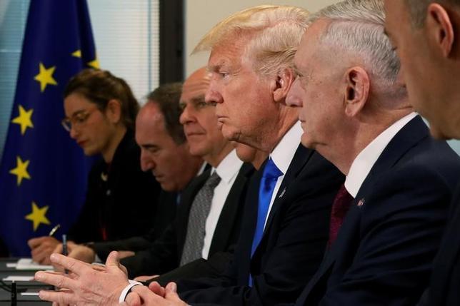 8月7日、無軌道で型破りなトランプ米政権下では、うまく仕事を進め、生き残り、そして成功すらできるのは、少数だが拡大しつつある元軍幹部らのグループだけとみていいだろう。写真中央は、軍出身の政権幹部らと共にEU高官と会談するトランプ大統領。ブリュッセルで5月撮影(2017年 ロイター/Jonathan Ernst)