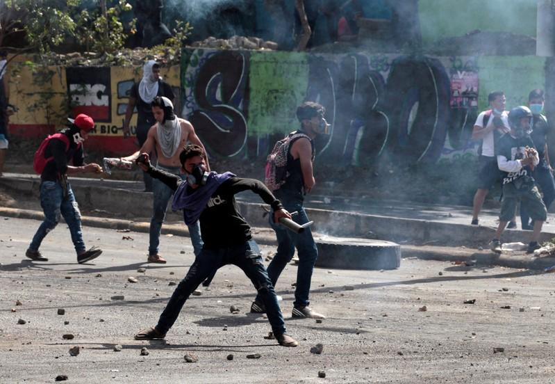 Demonstrator throw stones towards riot police during a protest over a controversial reform to the pension plans of the Nicaraguan Social Security Institute (INSS) in Managua, Nicaragua April 21, 2018. Oswaldo Rivas