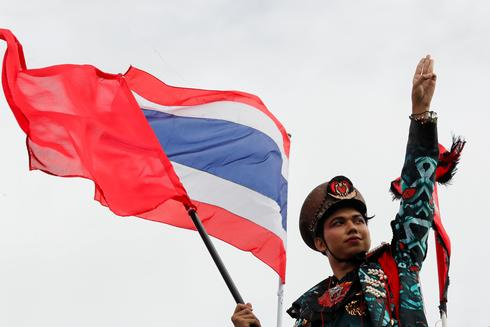 Thai protesters challenge monarchy