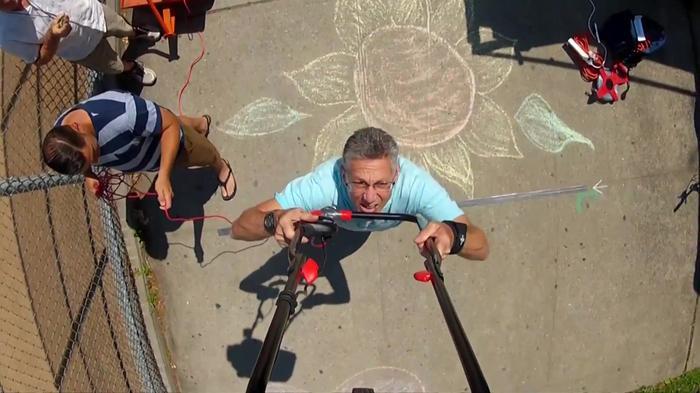 NYの男性があごの上に芝刈り機をのせて歩く最長記録更新(22日)