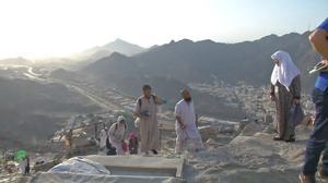 Haj pilgrims scale Mecca mountain