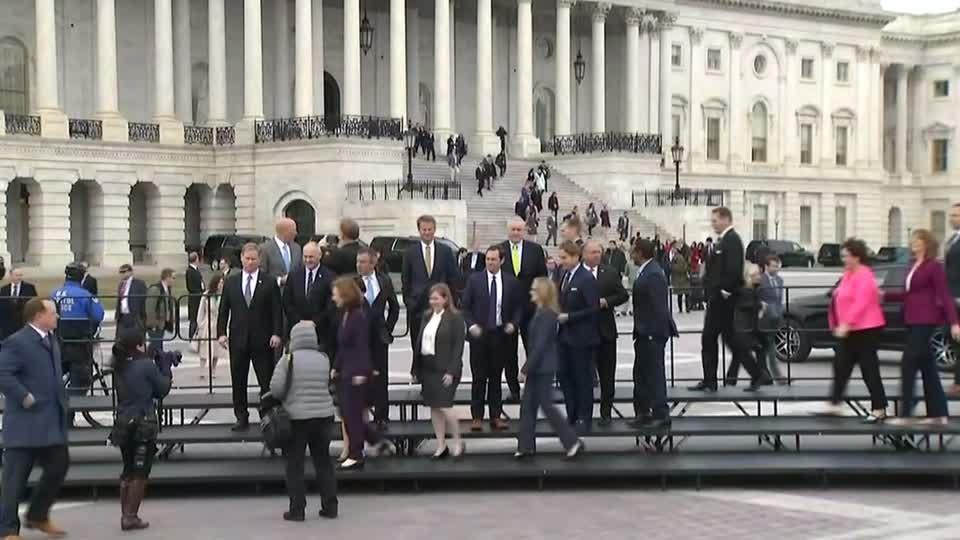 New House members brave cold for class photo