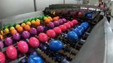 Von wegen Osterhase: Geflügelhof färbt Eier im Akkord