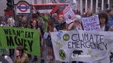 環境活動家たちがロンドン金融街でデモ(字幕・26日)