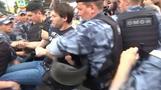 モスクワで記者拘束に抗議デモ 500人以上が拘束される(字幕・13日)
