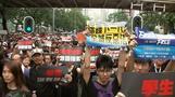 香港が大規模デモで「黒い海」に、行政長官が謝罪(字幕・17日)