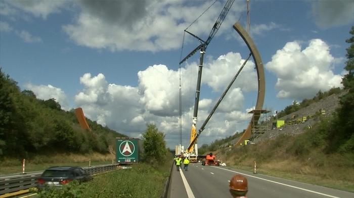 ベルギー高速脇に世界最大の彫刻 制作者「重要なのは芸術性」(字幕・14日)
