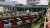 香港中心部で電車脱線、ドアが吹き飛ぶ(17日)