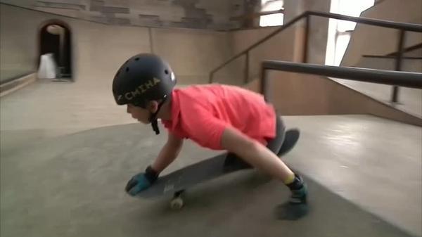 両脚を失ったロシアの10歳少年、夢はスケボーで五輪に挑戦(字幕・18日)