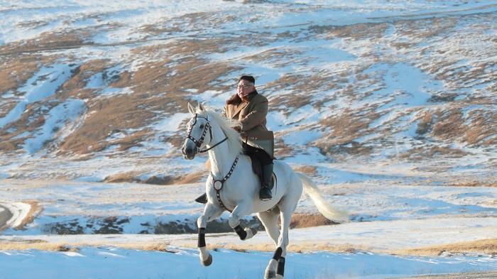金正恩骑白马驰骋白头山 引发揣测
