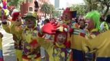 Hunderte Clowns feiern sich