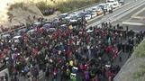 الشرطة الفرنسية تستخدم الغاز في تفريق محتجين أغلقوا طريقا يربط بين فرنسا وإسبانيا