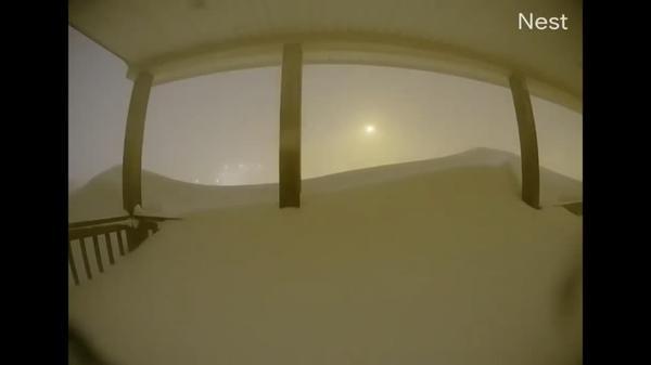 カナダで降雪76.2センチ、玄関が雪に埋まっていく様子を撮影(21日)
