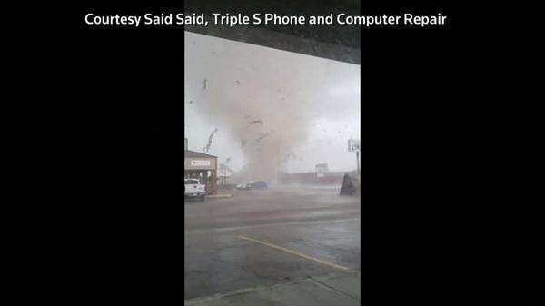 目の前に竜巻、時折閃光も 米アーカンソー州で撮影(字幕・30日)